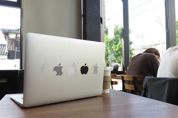 Mac Bookにオリジナルステッカーを貼ってみた